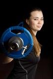 Flickan och vikten av stången Arkivfoto