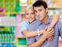 Flickan omfamnar mannen i köpcentret royaltyfria bilder