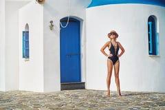 Flickan på bakgrunden av en gammal byggnad royaltyfri foto