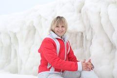 Flickan på bakgrunden av isen arkivfoton