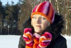 Flickan på bakgrunden av skogen i vinter Royaltyfria Bilder