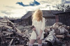 Flickan på bakgrunden av trä Arkivfoton