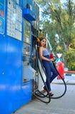 Flickan på bensinstationen fotografering för bildbyråer
