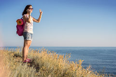 Flickan på berget som talar på telefonen Arkivfoton