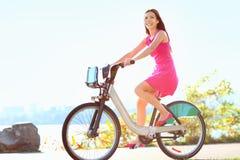 Flickan på cykeln som cyklar i stad, parkerar Royaltyfria Foton