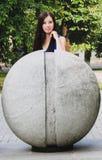Flickan på den stora konkreta bunken Arkivfoto