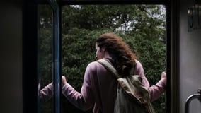 Flickan på ett drev i djungeln lager videofilmer