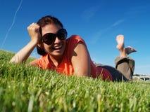 Flickan på ett gräs Arkivfoton