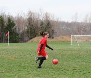 Flickan på fotboll sätter in 14 arkivbild