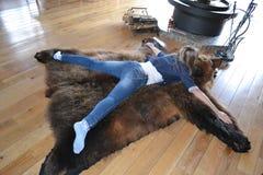Flickan på huden av en björn Royaltyfri Fotografi