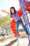 Flickan på klättring inramar parkerar in Arkivbilder