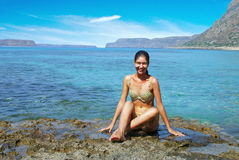 FLICKAN PÅ KUSTEN av Kreta Royaltyfri Foto