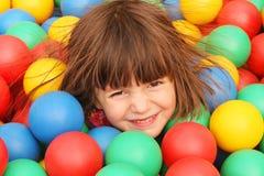 Flickan på lekplatsen Arkivbild