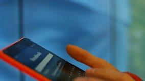 Flickan på mobiltelefonen kommer i sociala nätverk Facebook 4K 30fps ProRes arkivfilmer