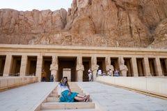 Flickan på momenten av templet i Luxor, Egypten Royaltyfri Foto