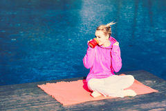 Flickan på parkerar att dricka te Arkivbild