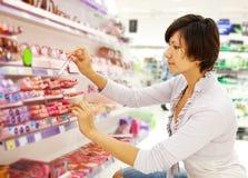 Flickan på skönhetsmedel shoppar arkivbild