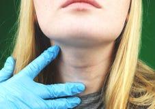 Flickan på undersökning på doktorn thyroid royaltyfri fotografi