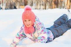 Flickan på vinter går Arkivbild