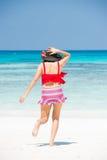 Flickan på stranden för kohta som chai kör ner in i havet Arkivbild