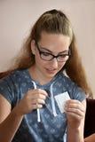 Flickan packar upp en gåva Arkivfoton