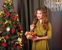 Flickan packar upp gåvan jul min version för portföljtreevektor Royaltyfri Bild