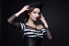 flickan piratkopierar Arkivbilder