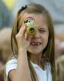 flickan piratkopierar spyglassen Royaltyfria Bilder