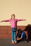 Flickan plattforer på midjan som vrider disketten Royaltyfri Foto