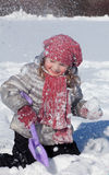 flickan plays snow Royaltyfri Bild