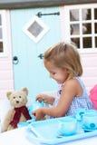 flickan plays utomhus barn Royaltyfria Bilder