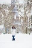 Flickan pälsfodrar in huven som går nära Eiffelen, står hög i Pari Arkivfoton