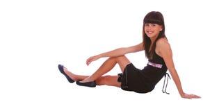 flickan poserar att sitta som är moderiktigt arkivbild