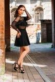 Flickan poserar Emotionell stående av den stilfulla ståenden för mode av den nätta unga kvinnan stadsstående SAD flicka Arkivbild