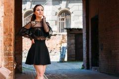 Flickan poserar Emotionell stående av den stilfulla ståenden för mode av den nätta unga kvinnan stadsstående SAD flicka Royaltyfri Fotografi