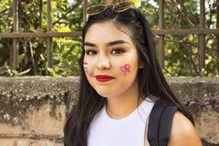 Flickan poserar för cameraaten den Lazio stolthetdagen Royaltyfri Bild