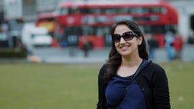 Flickan poserar för ett foto i London stock video