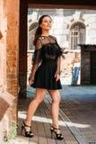Flickan poserar leenden Emotionell stående av den stilfulla ståenden för mode av den nätta unga kvinnan stadsstående SAD flicka Royaltyfri Fotografi