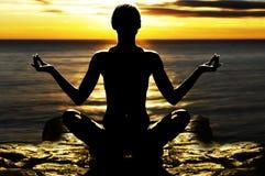 flickan poserar yoga Royaltyfri Foto