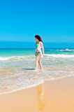 Flickan promenerar havet Royaltyfria Foton