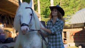 Flickan promenerar ranchen med hästen arkivfilmer