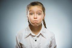 Flickan pusta ut henne kinder arkivfoto
