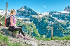 Flickan reser till den schweiziska bergiga omgivningen, beträffande Engelberg Fotografering för Bildbyråer