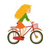 Flickan rider en cykel Royaltyfri Bild