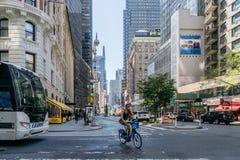 Flickan rider en cykel på gatan i New York Royaltyfri Fotografi