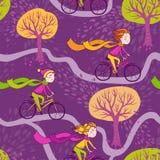 Flickan rider en cykel till skolan Arkivfoto