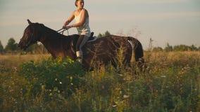 Flickan rider en häst lager videofilmer
