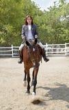 Flickan rider en häst Royaltyfri Fotografi