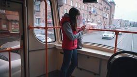 Flickan rider sp?rvagnen och att lyssna till musik arkivfilmer