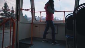 Flickan rider sp?rvagnen och att lyssna till musik lager videofilmer